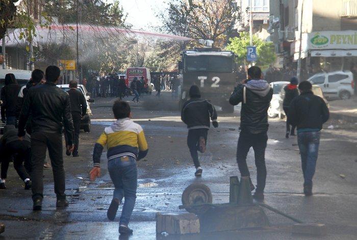 Μάχες στους δρόμους του Ντιγιάρμπακιρ για την απαγόρευση της κυκλοφορίας - εικόνα 4