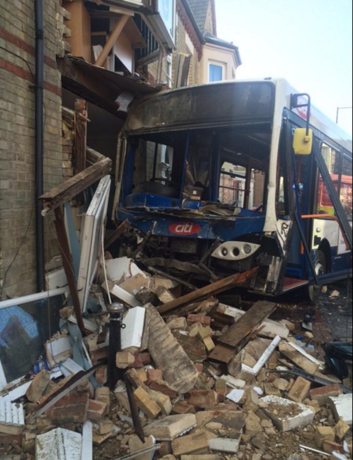 Λεωφορείο έπεσε πάνω σε κτίριο στην Αγγλία- Βίντεο