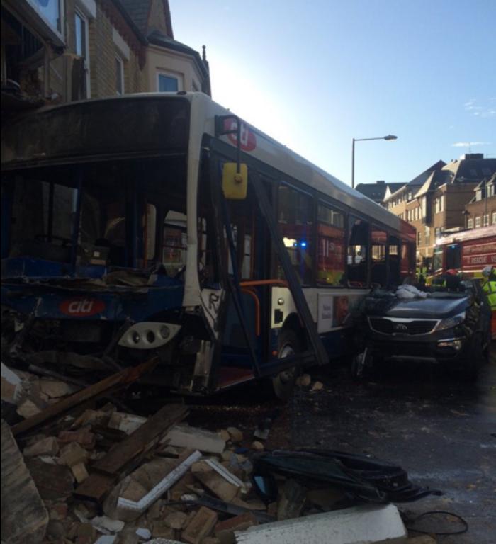 Λεωφορείο έπεσε πάνω σε κτίριο στην Αγγλία- Βίντεο - εικόνα 2