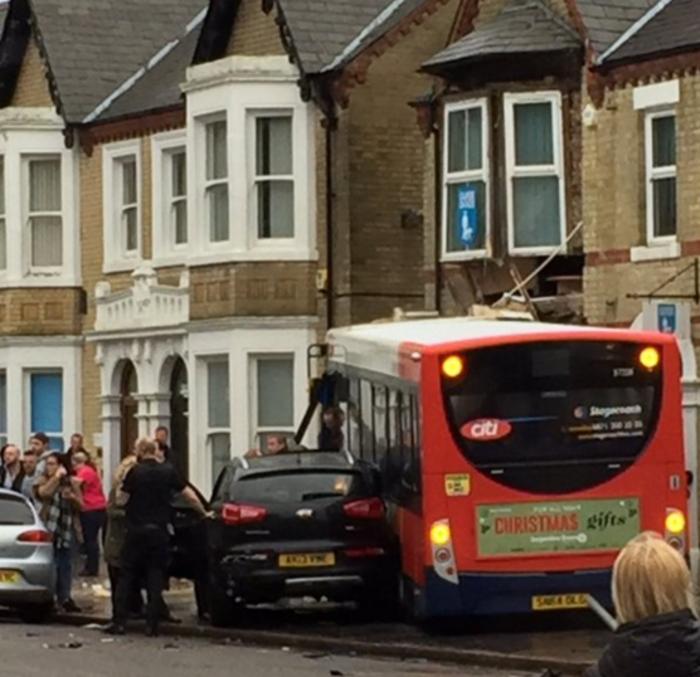 Λεωφορείο έπεσε πάνω σε κτίριο στην Αγγλία- Βίντεο - εικόνα 3