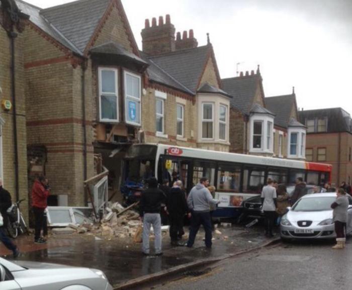 Λεωφορείο έπεσε πάνω σε κτίριο στην Αγγλία- Βίντεο - εικόνα 4