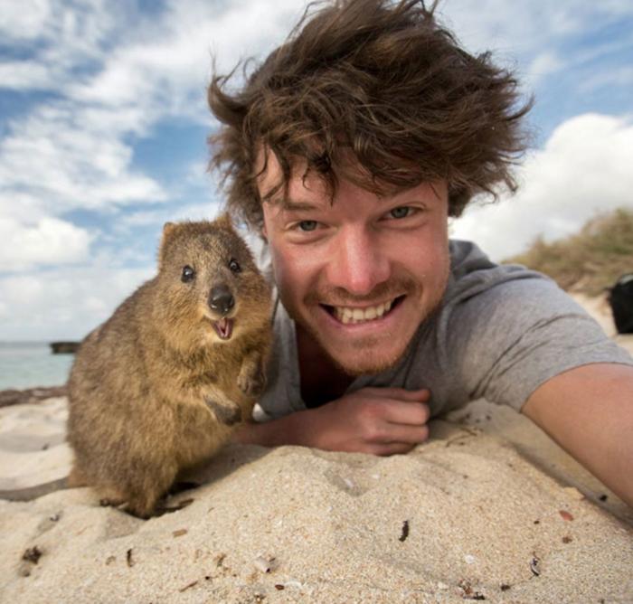 Αυτός είναι ο βασιλιάς των selfie: Φωτογραφίζεται με ζώα