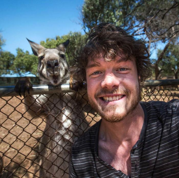 Αυτός είναι ο βασιλιάς των selfie: Φωτογραφίζεται με ζώα - εικόνα 4