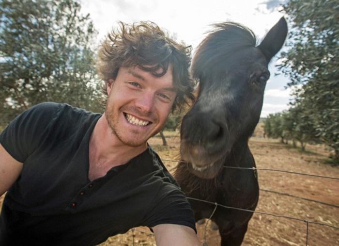 Αυτός είναι ο βασιλιάς των selfie: Φωτογραφίζεται με ζώα - εικόνα 5