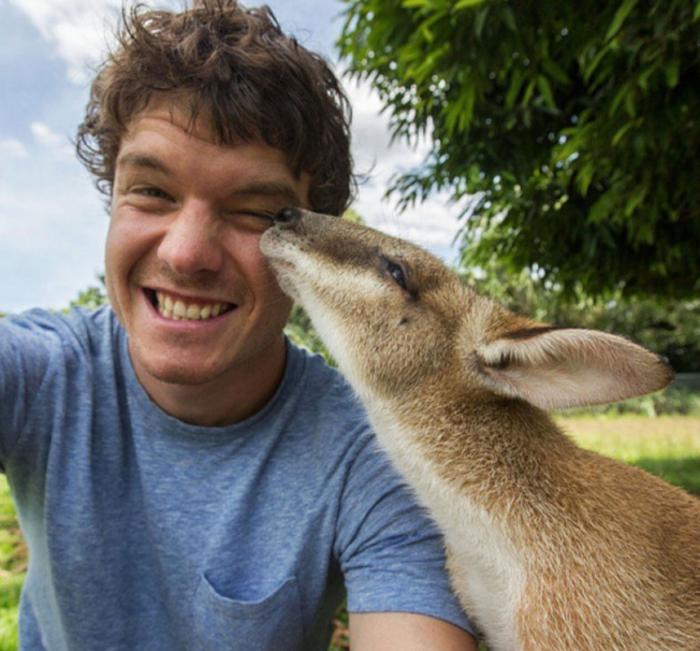 Αυτός είναι ο βασιλιάς των selfie: Φωτογραφίζεται με ζώα - εικόνα 8