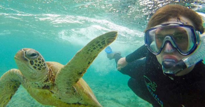 Αυτός είναι ο βασιλιάς των selfie: Φωτογραφίζεται με ζώα - εικόνα 13