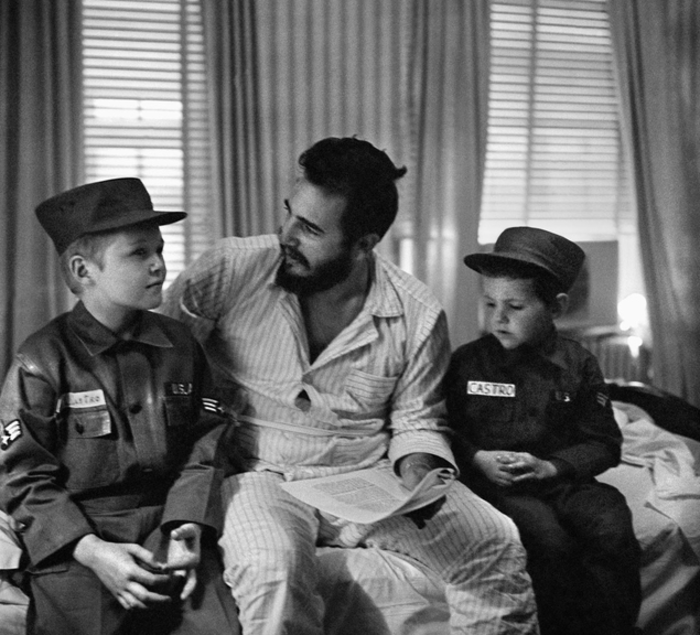 Ο Κάστρο με δυο παιδιά στο ξενοδοχείο του