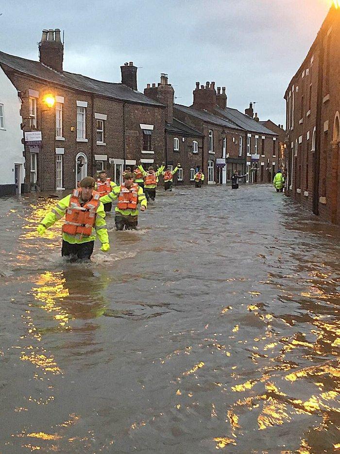 Πλημμύρες σάρωσαν τη Βρετανία, δεκάδες χιλιάδες σπίτια χωρίς ρεύμα