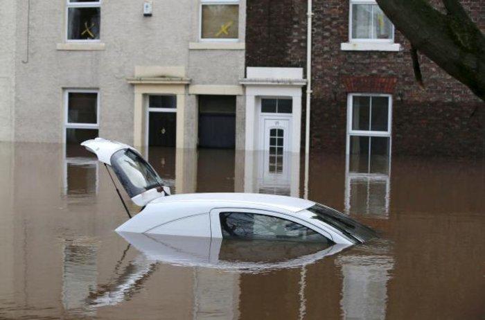 Πλημμύρες σάρωσαν τη Βρετανία, δεκάδες χιλιάδες σπίτια χωρίς ρεύμα - εικόνα 5