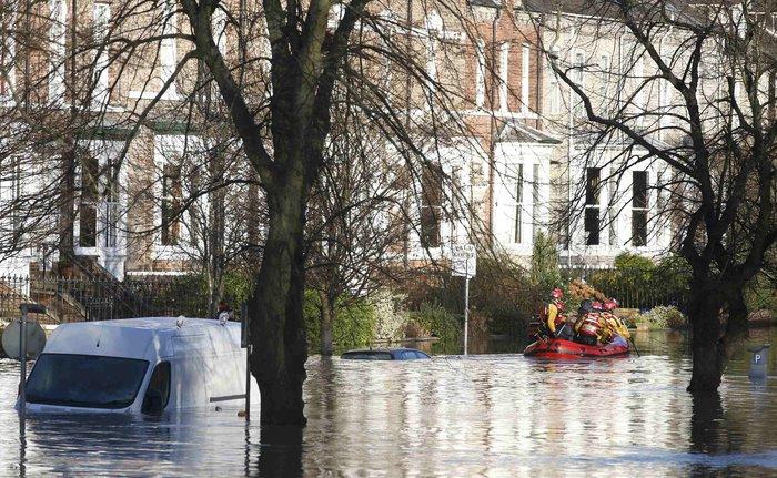 Πλημμύρες σάρωσαν τη Βρετανία, δεκάδες χιλιάδες σπίτια χωρίς ρεύμα - εικόνα 3