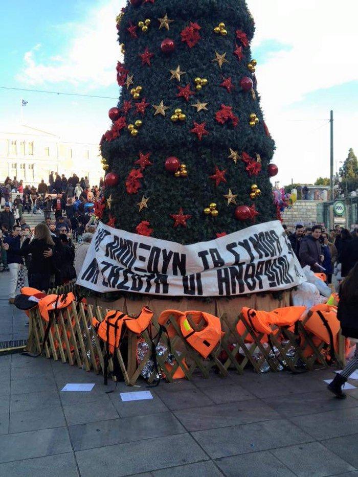 Σωσίβια μεταναστών στο χριστουγεννιάτικο δέντρο του Συντάγματος