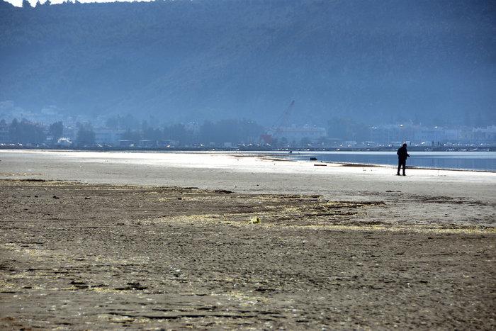 Η άμπωτη έφτιαξε στο Ναύπλιο μια τεράστια αμμουδιά!