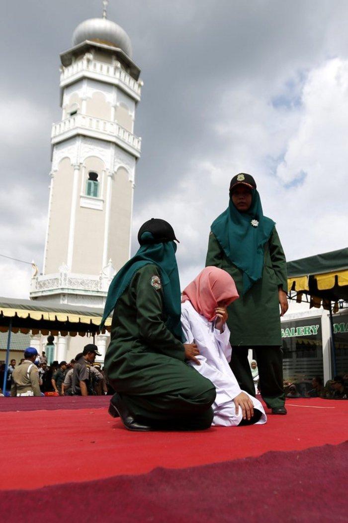 Φρίκη: Ραβδισμοί σε γυναίκα στην Ινδονησία