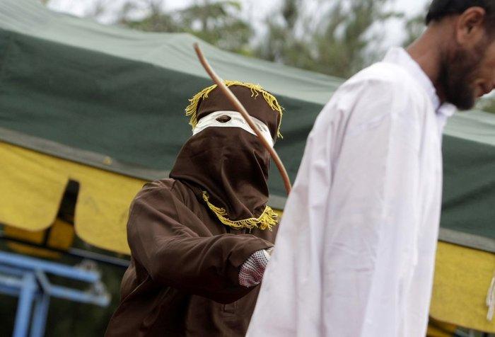Φρίκη: Ραβδισμοί σε γυναίκα στην Ινδονησία - εικόνα 2