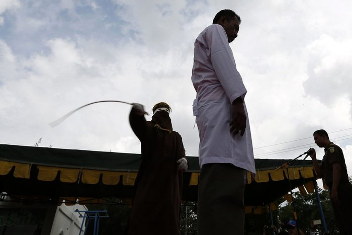 Φρίκη: Ραβδισμοί σε γυναίκα στην Ινδονησία - εικόνα 3