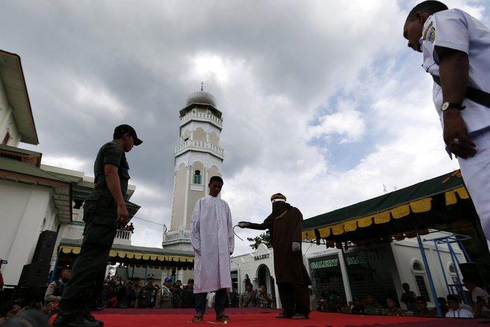 Φρίκη: Ραβδισμοί σε γυναίκα στην Ινδονησία - εικόνα 4