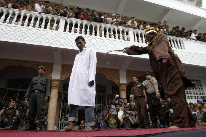 Φρίκη: Ραβδισμοί σε γυναίκα στην Ινδονησία - εικόνα 5