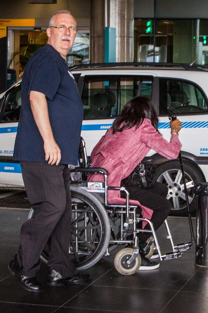 Η Ναόμι Κάμπελ σε αναπηρικό καροτσάκι  στη Βραζιλία: όργιο φημών