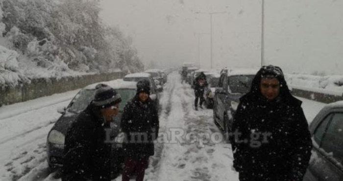 Χάος στην εθνική οδό, ουρές και ταλαιπωρία στο χιόνι