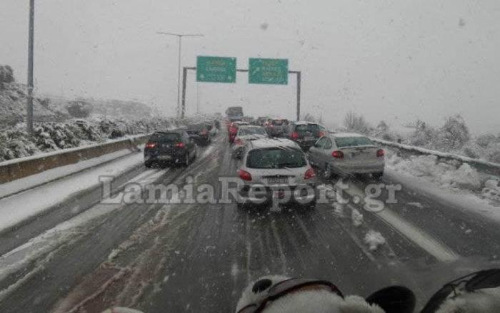 Χάος στην εθνική οδό, ουρές και ταλαιπωρία στο χιόνι - εικόνα 2