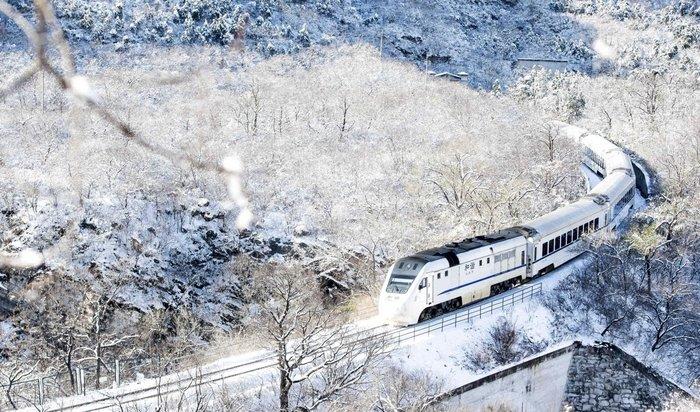 Τρένο διασχίζει φρεσκοχιονισμένη περιοχή στα περίχωρα του Πεκίνου