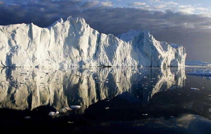 Παγόβουνα αντικατοπτρίζονται σε φιορδ της Γροιλανδίας