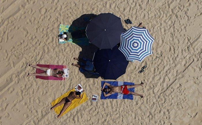 Ηλιοθεραπεία σε παραλία της Πορτογαλίας