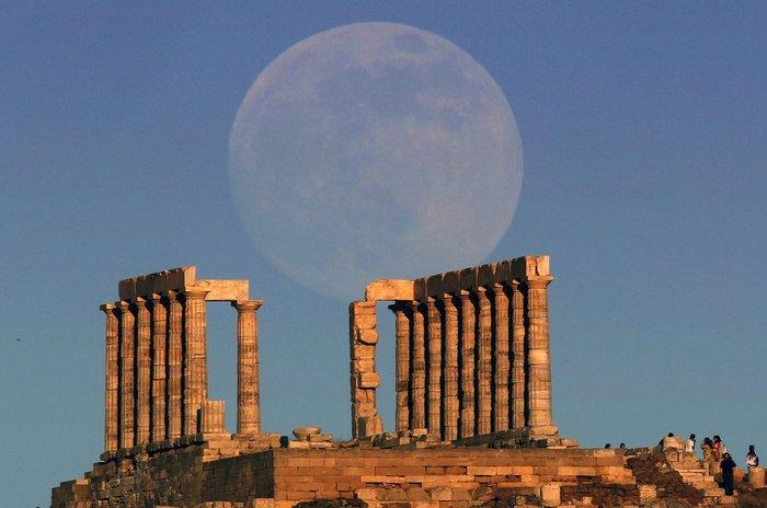 """Η """"υπερ-πανσέληνος"""" (supermoon) ανατέλλει πάνω από τον ναό του Ποσειδώνα στο Σούνιο"""