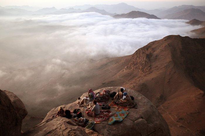 Βλέποντας την ανατολή του ήλιου ενώ βρίσκεσαι πάνω από τα σύννεφα στη Χερσόνησο του Σινά