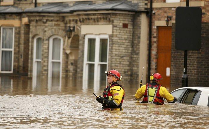 Η καταιγίδα Φρανκ «πνίγει» την Βρετανία: σκηνές χάους