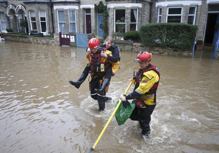 Η καταιγίδα Φρανκ «πνίγει» την Βρετανία: σκηνές χάους - εικόνα 2