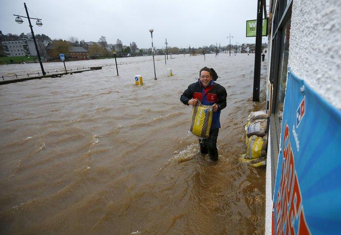 Η καταιγίδα Φρανκ «πνίγει» την Βρετανία: σκηνές χάους - εικόνα 3