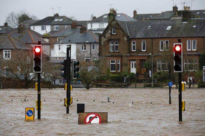 Η καταιγίδα Φρανκ «πνίγει» την Βρετανία: σκηνές χάους - εικόνα 4