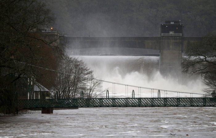 Η καταιγίδα Φρανκ «πνίγει» την Βρετανία: σκηνές χάους - εικόνα 5