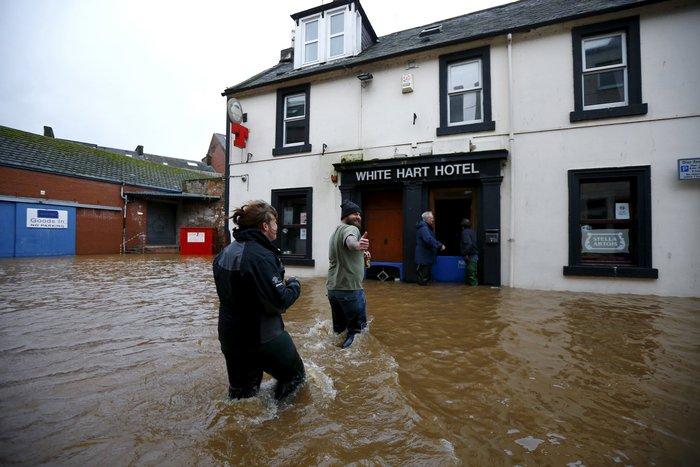Η καταιγίδα Φρανκ «πνίγει» την Βρετανία: σκηνές χάους - εικόνα 6