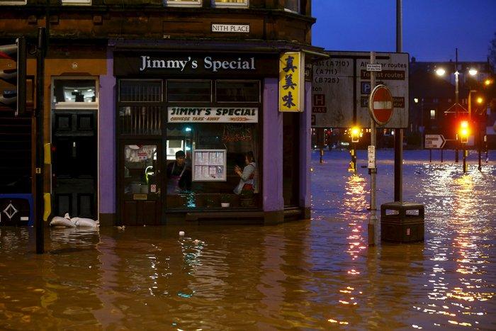 Η καταιγίδα Φρανκ «πνίγει» την Βρετανία: σκηνές χάους - εικόνα 8