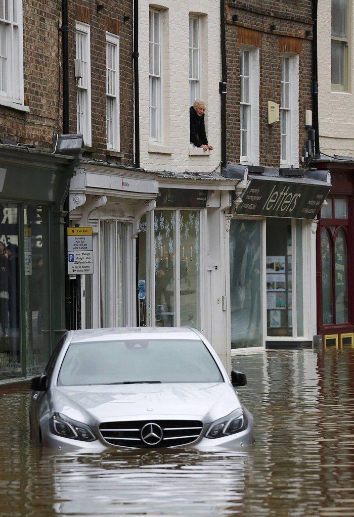 Η καταιγίδα Φρανκ «πνίγει» την Βρετανία: σκηνές χάους - εικόνα 10