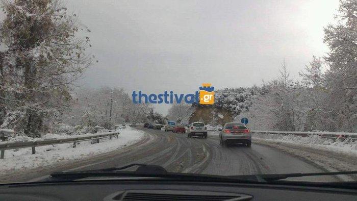 Απίστευτη ταλαιπωρία οδηγών στην Ε.Ο. Αθηνών-Θεσ/νίκης - δίπλωσε νταλίκα - εικόνα 2
