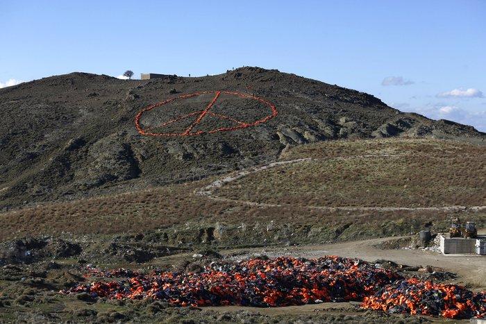 Viral η εικόνα με τα σωσίβια στο σχήμα της ειρήνης στη Λέσβο