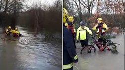 H δραματική διάσωση ποδηλάτη μέσα από έναν πλημμυρισμένο ποταμό