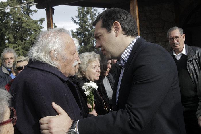 Η κηδεία που έφερε κοντά και πάλι Τσίπρα και Γλέζο