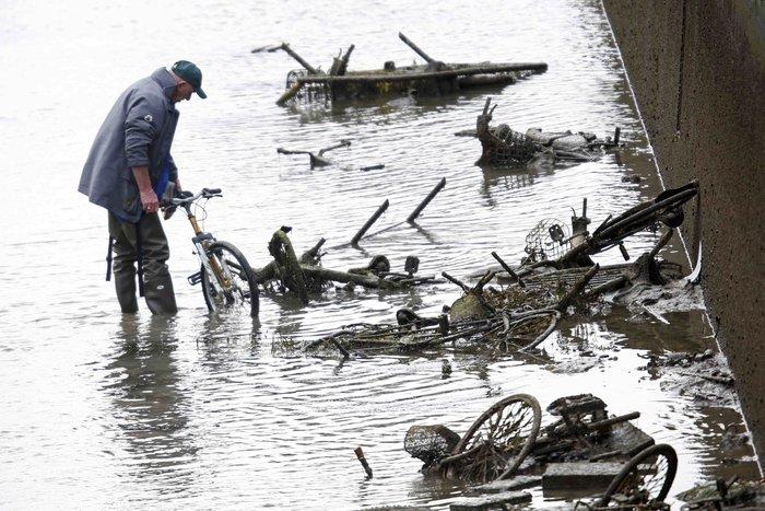 Δείτε τι βρήκαν δύτες στην κοίτη ποταμού στη Γαλλία - εικόνα 2