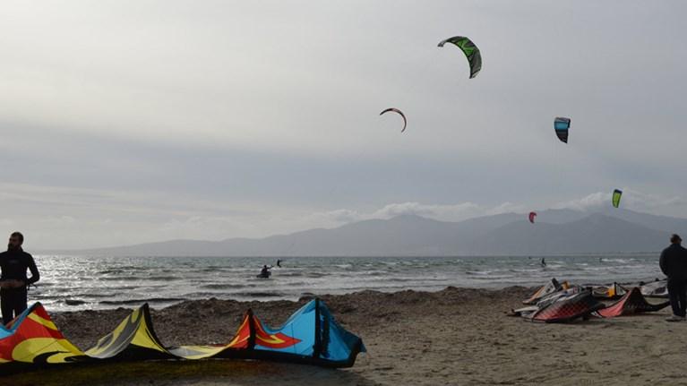 Ο «παράδεισος» του Kitesurf στην παραλία του Σχοινιά!