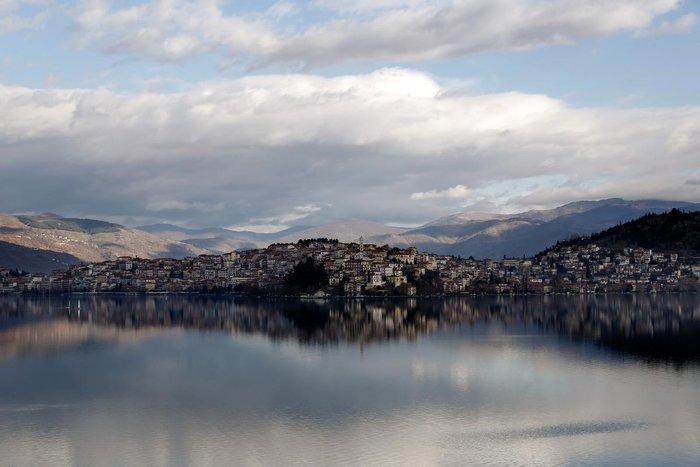 Μαγευτικές εικόνες από τη λίμνη της Καστοριάς - εικόνα 2