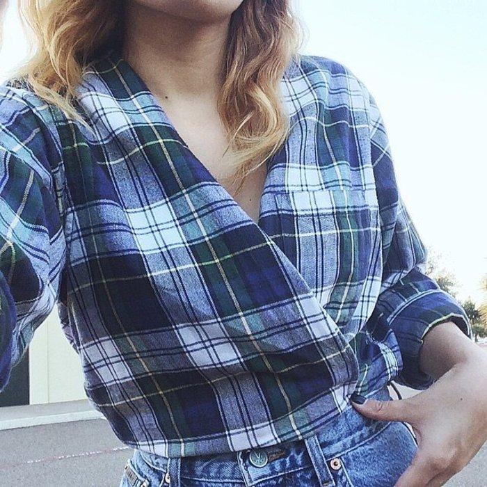 Xρησιμοποιήστε ένα πουκάμισο που να μη σας είναι πολύ στενό και ασφαλίστε το ντεκολτέ με μια παραμάνα ή κουμπώστε ένα κουμπί. Φωτο: thestylishsoul/Ιnstagram