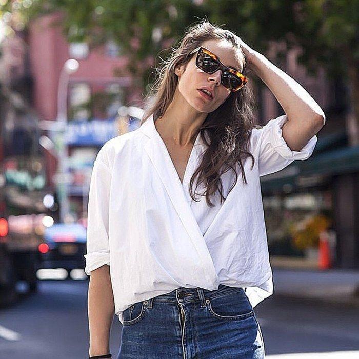 H blogger Irina Lakicevic το δοκίμασε με αυτό το απλό άσπρο πουκάμισο και μας έδειξε ότι μπορείς να μεταμορφώσεις και το πιο βασικό κομμάτι της ντουλάπας σου σε κάτι πολύ στυλάτο. Φωτο: portablepackage/Ιnstagram