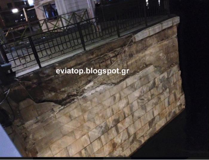 Πλοίο έπεσε στην παλιά γέφυρα της Χαλκίδας