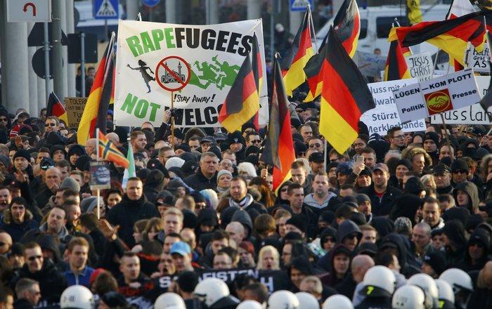 Ένταση στην Κολωνία, σκληραίνει τη στάση της η Μέρκελ - εικόνα 3