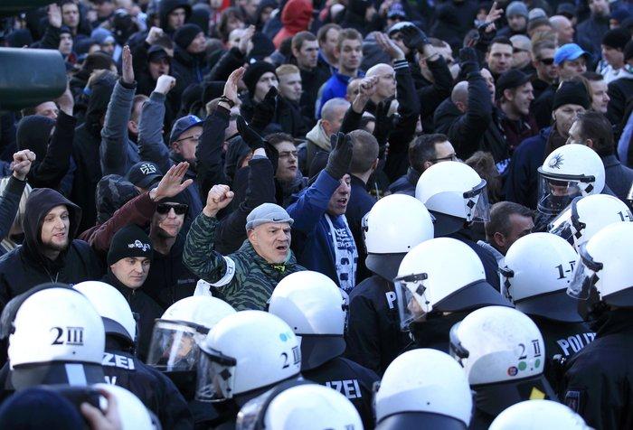 Ένταση στην Κολωνία, σκληραίνει τη στάση της η Μέρκελ - εικόνα 6