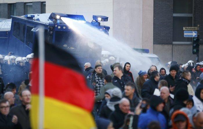 Ένταση στην Κολωνία, σκληραίνει τη στάση της η Μέρκελ - εικόνα 7